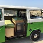 Bett und Küche im grünen Bus
