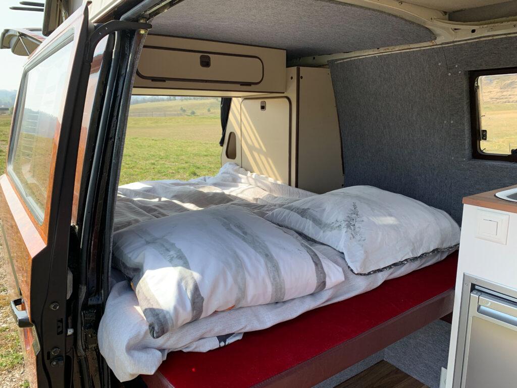 Unteres Bett im brauen Bus mit Klappdach
