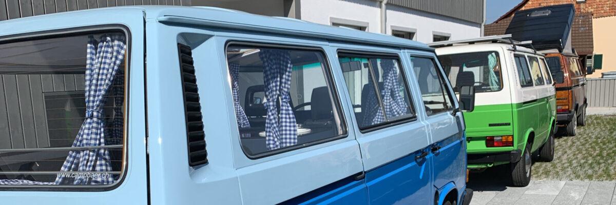 Blauer Bus, grüner Bus und brauner Bus in Reih und Glied
