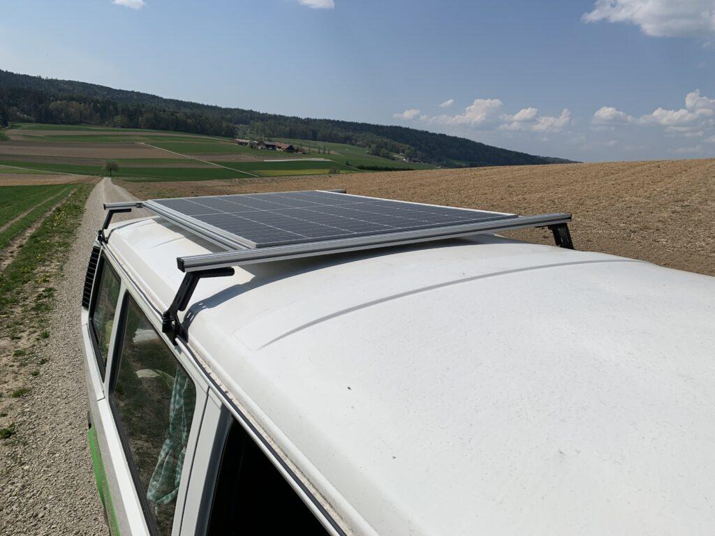 Solarpanel auf dem grünen Bus