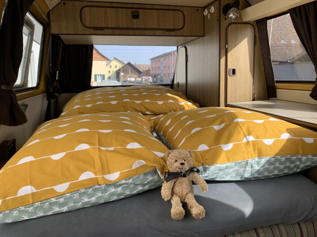Angezogenes Bett im T3 Westfalia