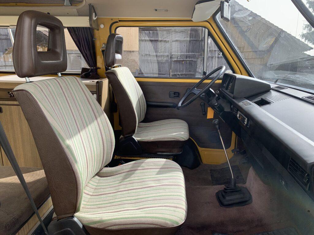 Fahrer- und Beifahrersitz im T3 Westfalia. Beide sind drehbar.