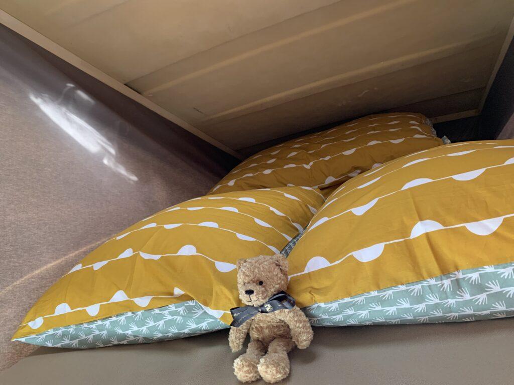 Bett im Klappdach eines T3 Westfalias