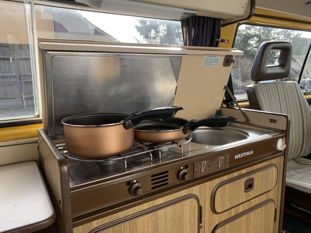 Zwei-Flammen-Kochherd integriert im Westfalia-Möbel